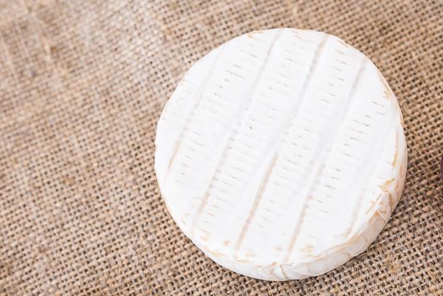 Le camembert. fromage brie frais sur une vue de dessus de mur rustique