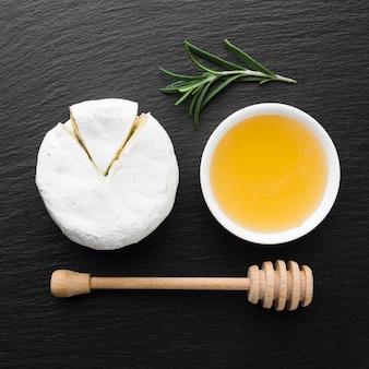 Camembert gourmet et miel au plat