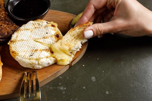 Camembert grillé à la confiture de cassis