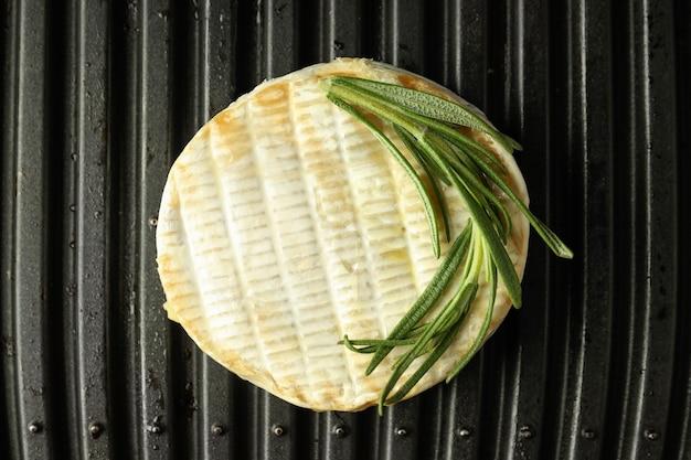 Camembert grillé sur grill électrique, gros plan.