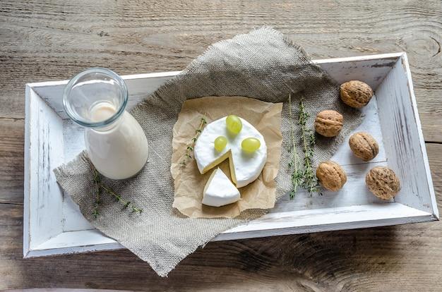 Camembert avec pichet de lait et noix entières