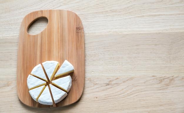 Camembert sur la planche de bois