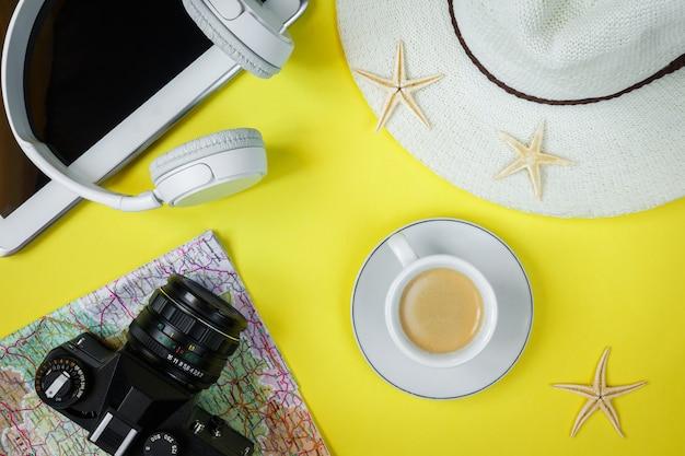 Caméra d'accessoires de voyage, chapeau de paille, carte, chaussures, disposition, vue de dessus, fond jaune, à, espace copie