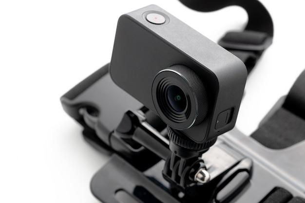 Caméra d'action extrême avec monture de poitrine isolée sur fond blanc.