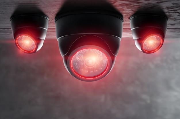 Caméra cctv intelligente sous le plafond avec des lumières rouges.
