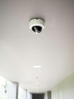 Caméra Cctv Sur Plafond Blanc à La Passerelle Photo Premium