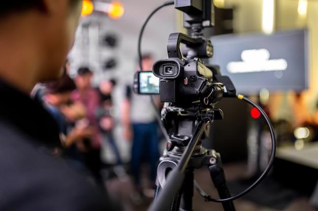 Caméra de cinéma haute définition sur un plateau de tournage.