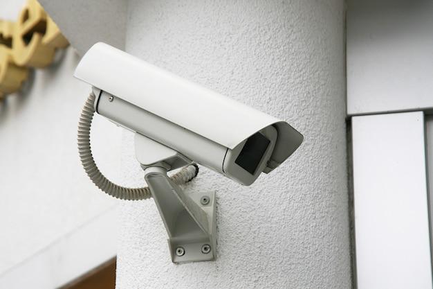 Caméra de contrôle sur le mur