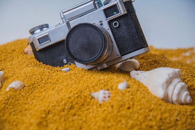 Caméra et coques sur le sable