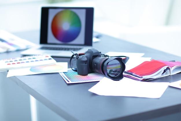 La caméra, les échantillons de tissu et les croquis sont sur le bureau