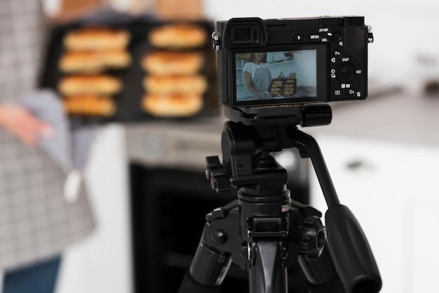 Caméra gros plan sur enregistrement sur trépied