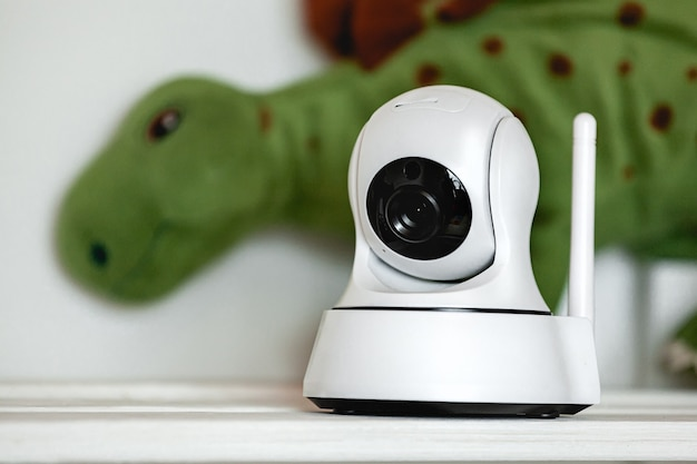 Caméra ip sur l'étagère avec des jouets, servant de babyphone