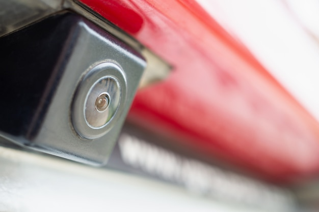 Caméra de recul de voiture rouge en gros plan pour l'aide au stationnement