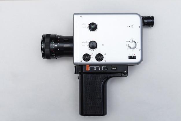 Caméra rétro analogique isolé sur blanc.