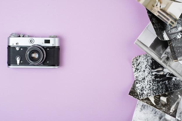 Caméra rétro sur fond rose. vue d'en-haut.