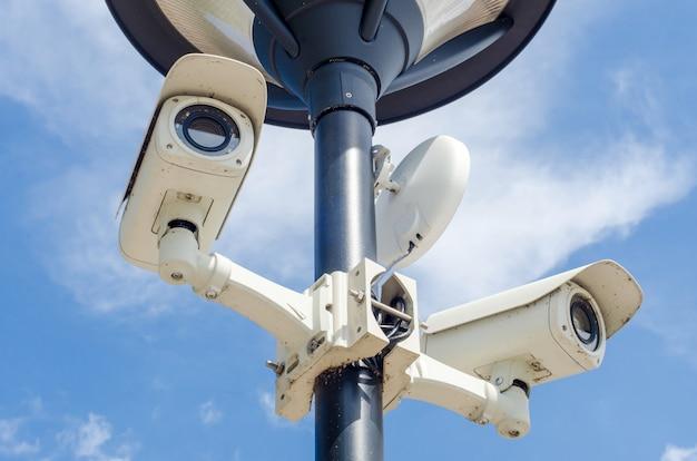Caméra de sécurité cctv sur le mur de béton