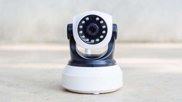 Caméra de sécurité sur fond gris.