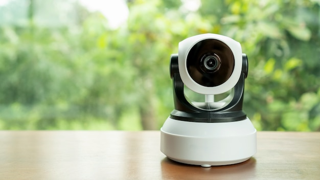 La caméra de sécurité ip sur une table en bois.
