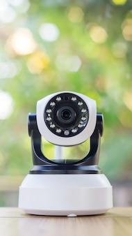 Caméra de sécurité sur une table en bois.