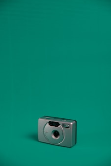 Une caméra de style vintage rouleau de couleur grise sur un fond d'eau verte.