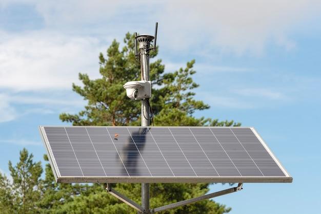Caméra de surveillance à énergie solaire panneaux solaires alimentant une caméra de surveillance dans un parc de la ville contre...