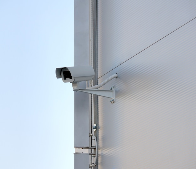 Caméra de surveillance en façade. big brother vous regarde.