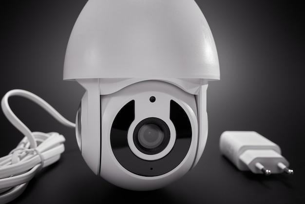 Caméra de surveillance isolée, gros plan.