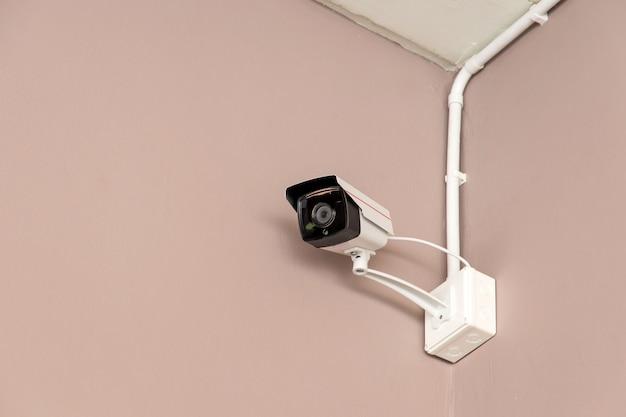 Une caméra de surveillance sur le mur à l'intérieur du bâtiment pour regarder en bas des événements importants