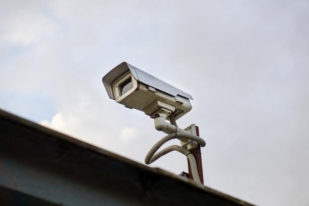 Caméra vidéo extérieure sur un ciel nuageux