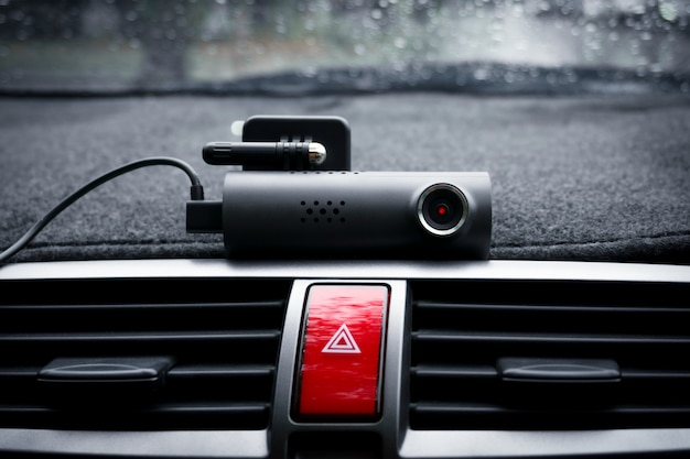 Caméra vidéo de voiture (caméra de tableau de bord) et bouton d'éclairage de secours dans la voiture, concept de caméra de sécurité pour la protection de la voiture, technologie pour la sécurité