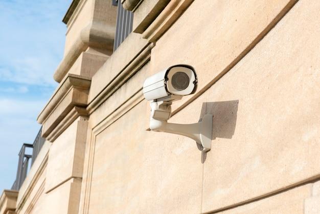 Caméra de vidéosurveillance sur l'ancien bâtiment