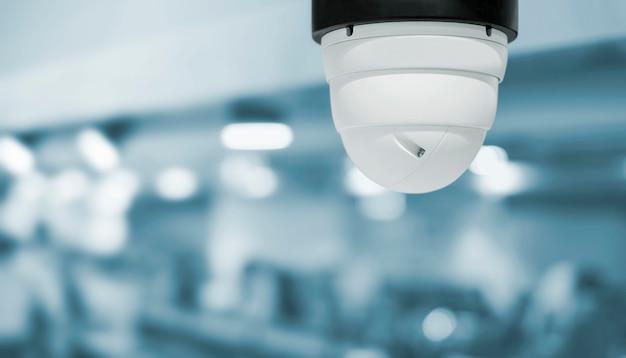 Caméra de vidéosurveillance dans l'aire de restauration