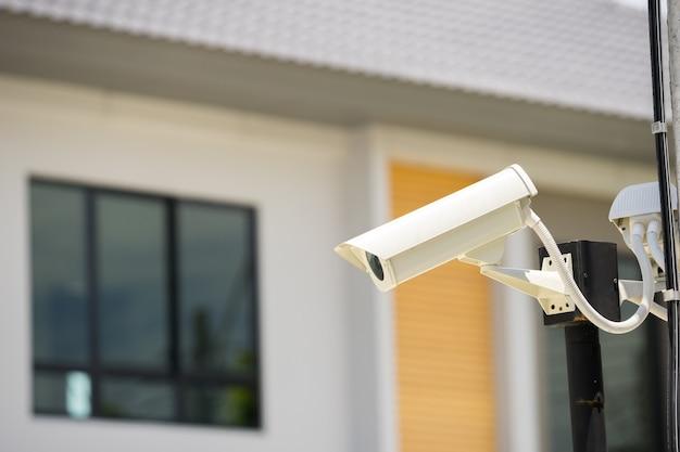 Caméra de vidéosurveillance dans le village natal