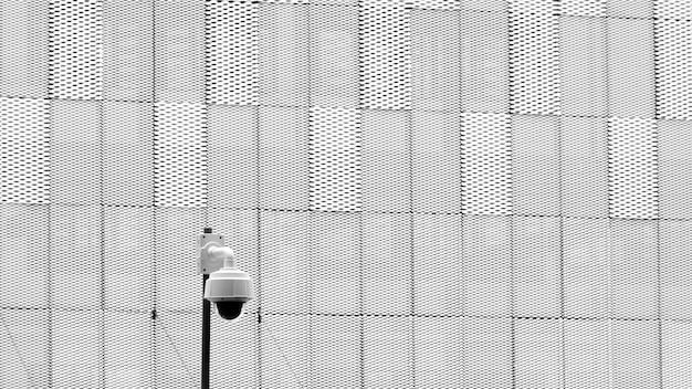 Caméra de vidéosurveillance devant l'immeuble de bureaux
