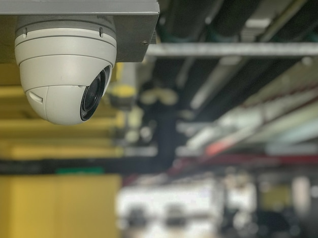 Caméra de vidéosurveillance installée sur le parking