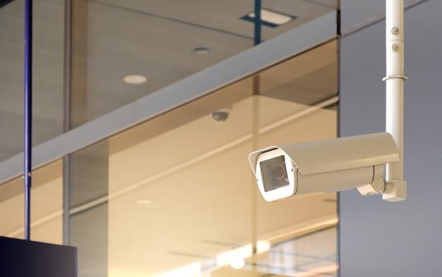 Caméra de vidéosurveillance publique moderne sur mur avec espace de copie