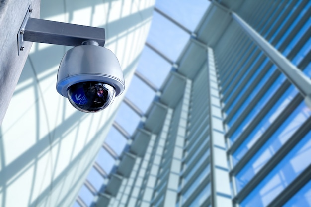 Caméra de vidéosurveillance de sécurité dans l'immeuble de bureaux