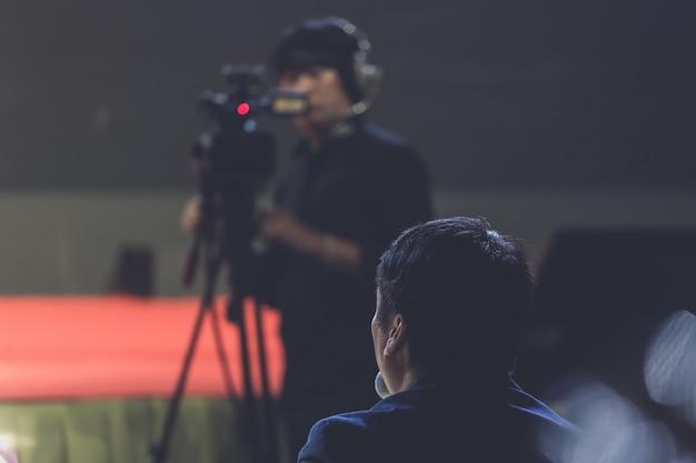 Caméraman dans une salle de séminaire