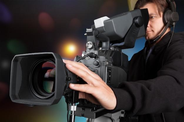 Caméraman travaillant avec caméra isolée