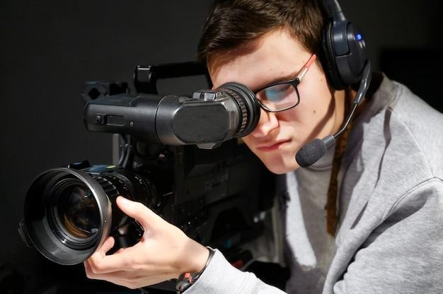 Caméraman utilisant une caméra vidéo numérique professionnelle.