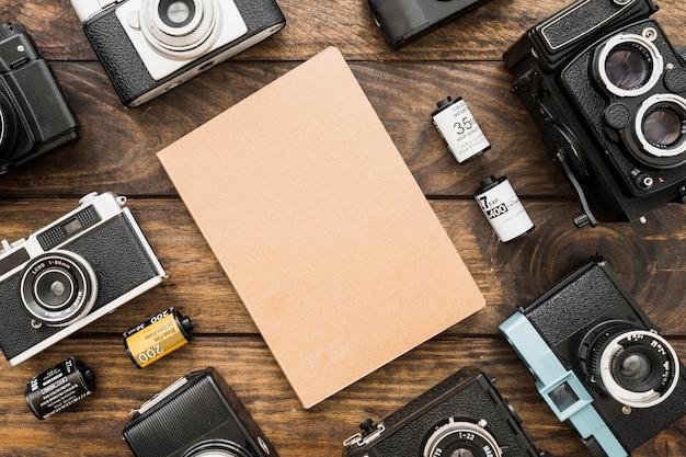 Caméras et cassettes autour du bloc-notes