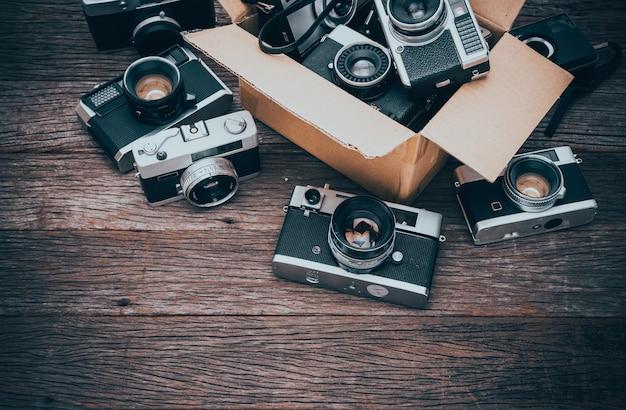 Caméras de cinéma rétro sur fond en bois