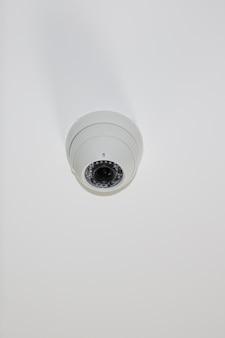 Caméras dôme sécurisées sur caméra de surveillance cctv de sécurité blanc clair
