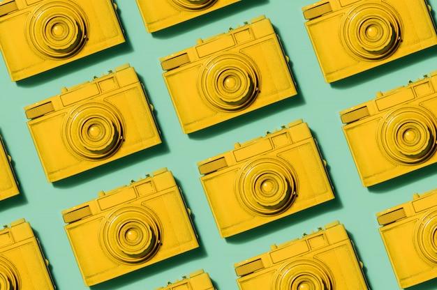 Caméras jaunes rétro sur fond vert