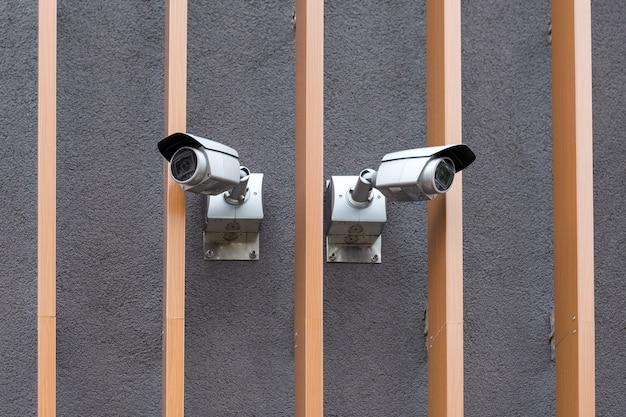 Caméras de sécurité sur la vidéosurveillance professionnelle de la caméra de surveillance du bâtiment moderne sur le mur