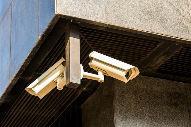 Caméras de vidéosurveillance sur la maison au coin