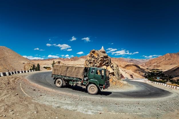 Camion de l'armée indienne sur la route nationale srinagar-leh nh-1 dans l'himalaya. ladakh, inde