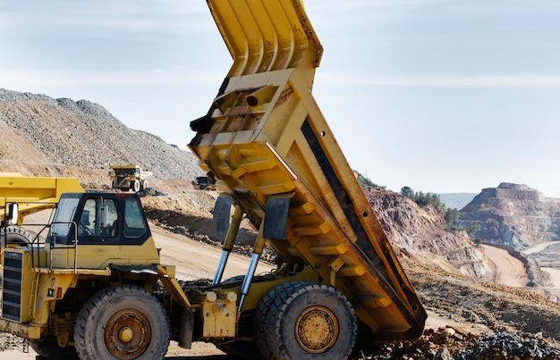 Un camion à benne jaune levé dans la mine