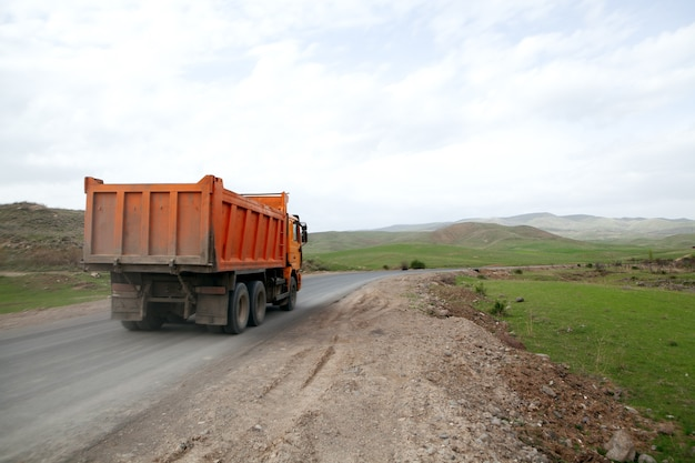 Un camion-benne traverse la nature sauvage pendant la journée