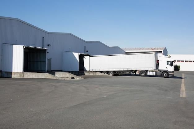 Camion blanc à l'industrie du quai de chargement